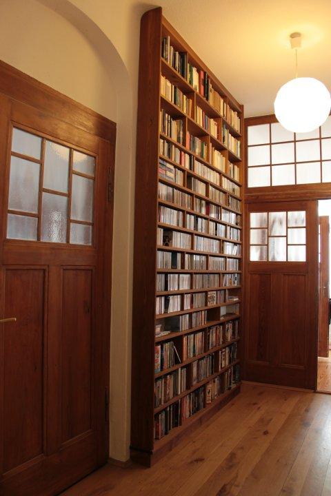 b cherregal im flur bestseller shop f r m bel und einrichtungen. Black Bedroom Furniture Sets. Home Design Ideas