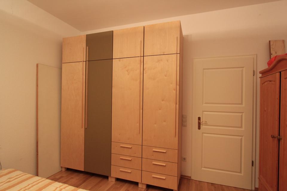 kleiderschrank aus birke und linoleum dein tischler in. Black Bedroom Furniture Sets. Home Design Ideas