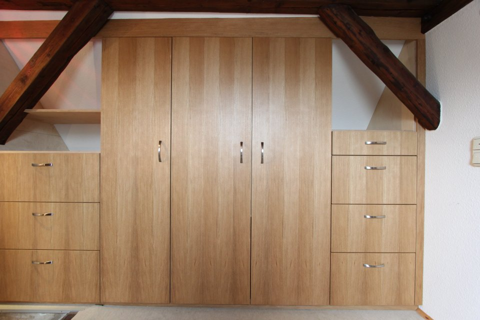 einbauschrank im dachgeschoss unter dachschr ge dein tischler in leipzig dein tischler in leipzig. Black Bedroom Furniture Sets. Home Design Ideas