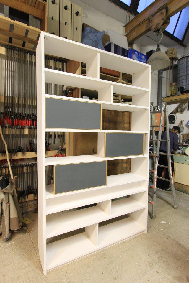 Bücherregal Schiebetür bücherregal mit schiebetüren und linoleum oberfläche dein tischler