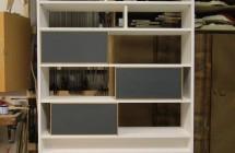 Bücherregal mit Linotüren