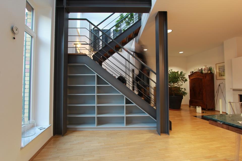 Ein b cherregal unter der treppe beidseitig nutzbar dein tischler in leipzig dein tischler in - Garderobe unter treppe ...